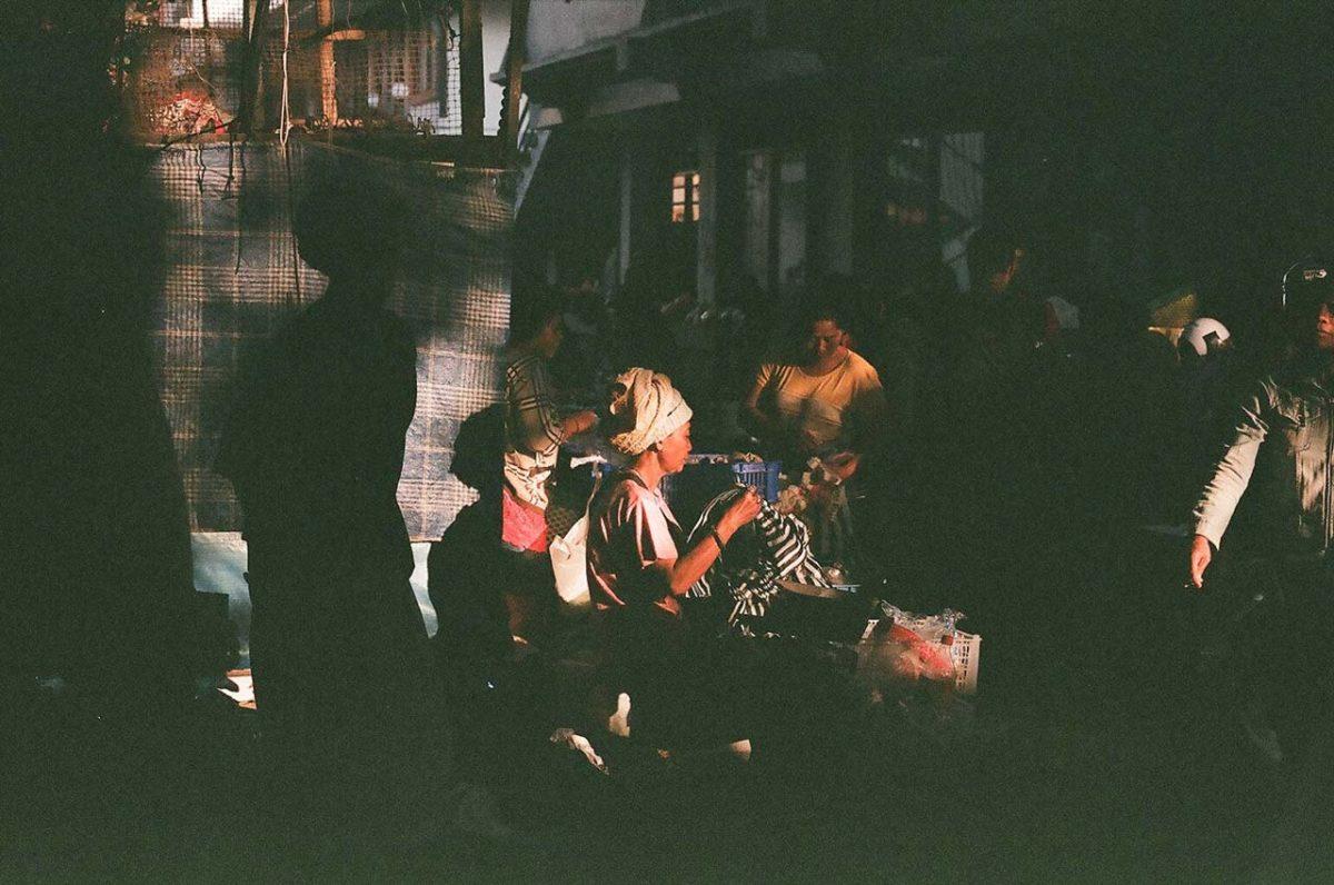 sinar pagi di pasar ubud oleh bali street photographer